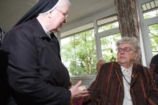 Maria Dellbeck (rechts) tauscht mit Generaloberin Schwester Aloisia Höing Erinnerungen an die Geschichte von Haus Maria aus. (Foto: SMMP/Beer)