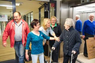 Herzlich willkommen: Thea Brunnert wird im Neubau von den Mitarbeiterinnen und Mitarbeitern begrüßt. Foto: SMMP/Bock