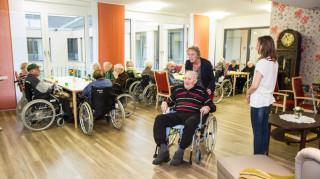 Der 100-jährige Theodor Rempe ist ganz begeistert, als er zum Mittagessen in einen der neuen Speiseräume geführt wird. Foto: SMMP/Bock
