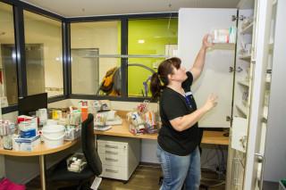 Wohnbereichsleiterin Dorit Harke sortiert die Medikamente ihrer Bewohnerinnen und Bewohner ein. Foto. SMMP/Bock
