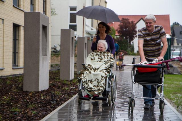Trotz des Regens lässt sich niemand aus der Ruhe bringen: Alle Bewohner und Gepäckstücke kommen gut im neuen Haus Maria an. Foto: SMMP/Bock