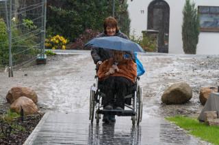 Selbst als der Regen am stärksten prasselt, lassen sich Senioren und Helfer nicht beirren. Foto: SMMP/Bock