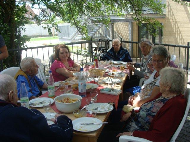 Mieter der ambulant betreuten Senioren-WG im Haus Maria mit Sara Di Leo