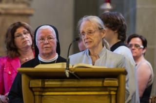 Gemeinsam tragen Mitarbeiter, Bewohner und Ordensschwestern die Fürbitten vor. Foto: SMMP/Bock