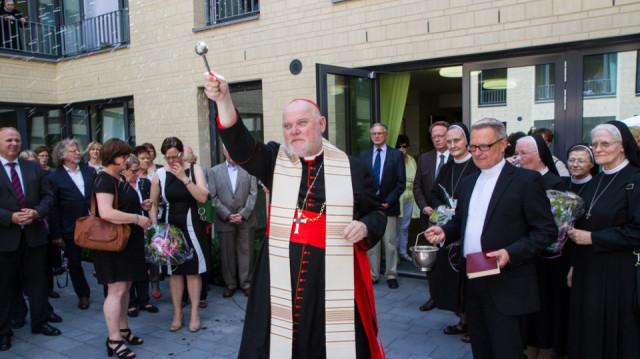 Kardinal Reinhard Marx segnet das Haus Maria und weiht anschließend die neuen Räume ein. Foto. SMMP/Bock