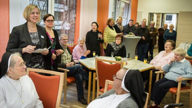 Die Leiterin der Tagespflege, Ulrike Stukenberg, begrüßt die rund 50 Gäste zur Feier des runden Geburtstages der Einrichtung. Foto: SMMP/Bock