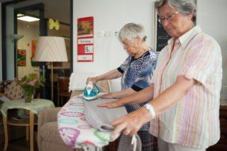 Wer möchte, kann auch bei der Hausarbeit helfen. (Foto: SMMP/Beer)