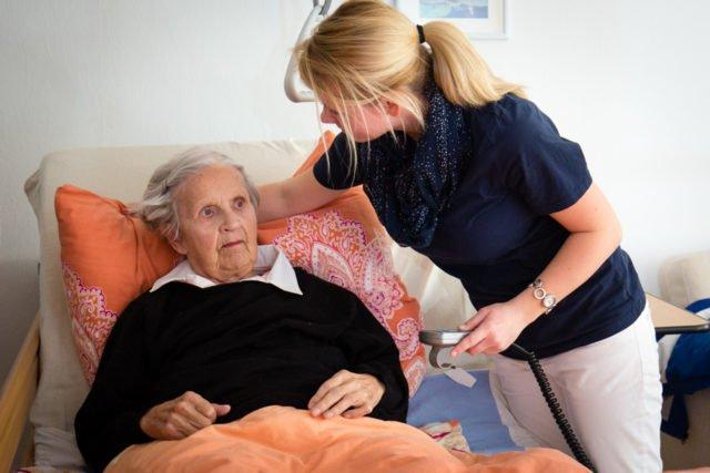 Eine Mitarbeiterin des Ambulanten Dienstes Haus Maria kümmert sich um eine bettlägerige Patientin. (Foto: Beer/SMMP)