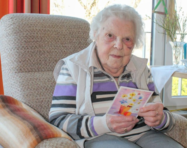 Bewonherin Gisela Schulte freut sich, über Briefe und Karten mit ihren Angehörigen in Kontakt zu bleiben. Foto: Marx-Vehling/SMMP