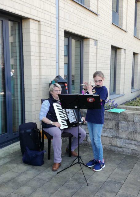Clara und Martina Heppe sorgen für musikalische Abwechslung.