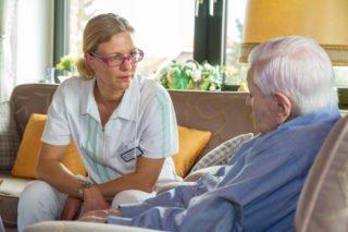 Die examinierte Altenpflegerin Barbara Müller bei einem Kundenbesuch. Mittlerweile hat der ambuilante Dienst Haus Maria 57 Mitarbeiterinnen und Mitarbeiter. Foto: SMMP/Bock